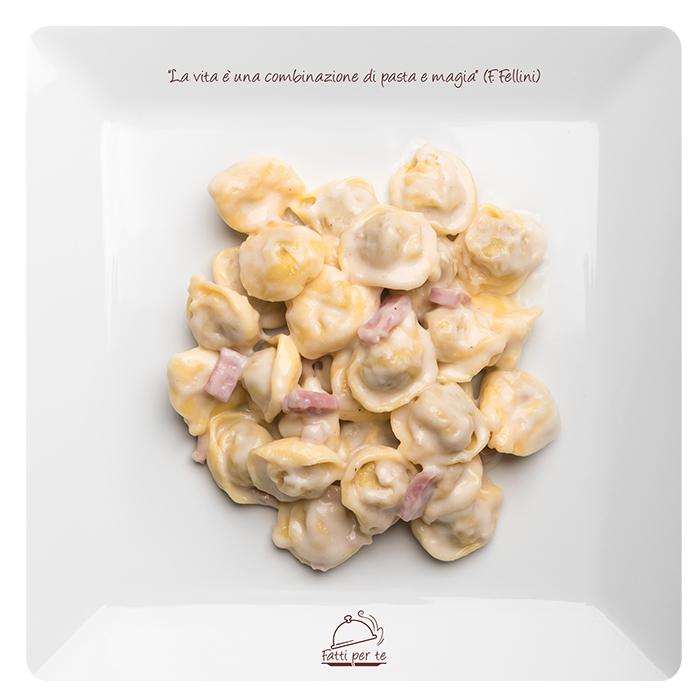 Pasta Fresca all'Uovo – Tortellini con Panna e Prosciutto